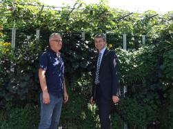 Steffen Bilger und Hans Müller am Mobilen Grünen Zimmer in Ludwigsburg